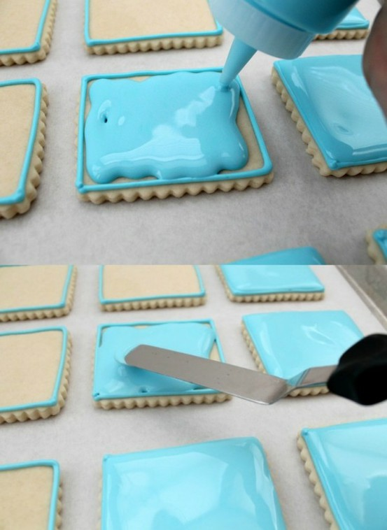 outlining-and-filling-cookies-with-royal-icing
